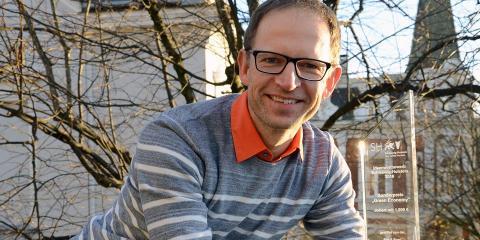 Pirouetten-Künstler am Windrad: Clemens Jauch ist für seine Idee, wie Windkraftanlagen für wichtige Trägheit im Stromnetz sorgen können, beim Ideenwettbewerb Schleswig-Holstein mit dem Sonderpreis Green Economy ausgezeichnet worden.